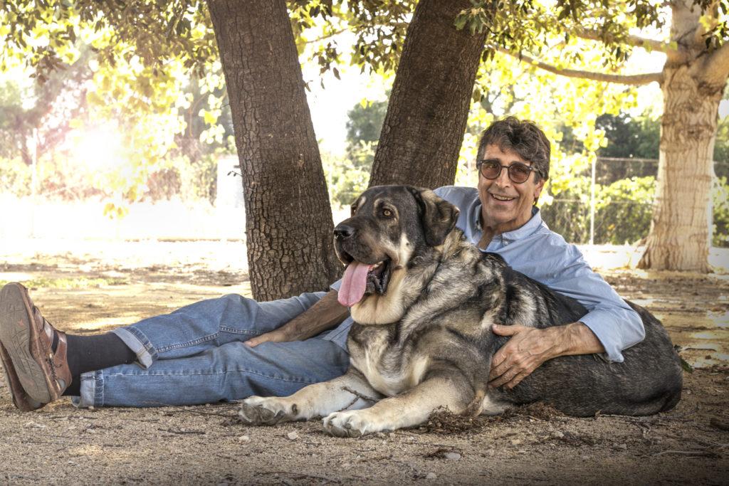 Conrado Grandville, director de Luposan-Ibérica, con su perra Osa